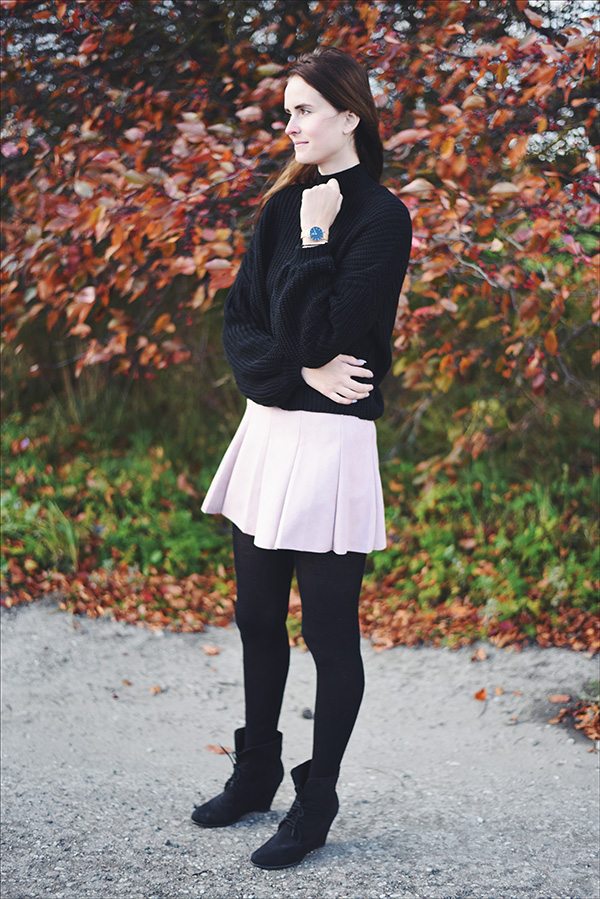 Pink suede skirt, black loose fit sweater, fall outfit - Mariliis Anger